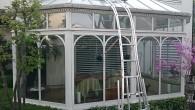 セレクトフィットのサンルームでの使用例です。先端にクッション性のチューブを巻きつけているため、ガラス製の屋根にも安心してお使いいただけます。 画像提供/柴 秀行様